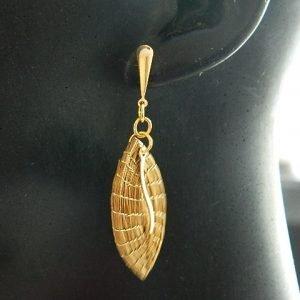 Brinco em capim dourado  modelo  Folha com metal