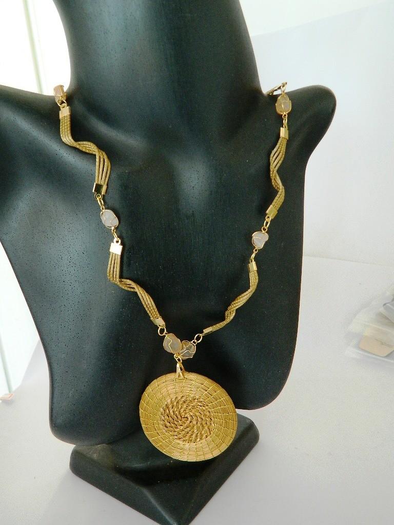 Colar em capim dourado  com Detalhe de Pedras Roladas Naturais