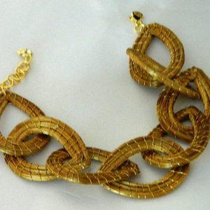 Pulseira Modelo Gotas Entrelaçadas Costurada com Fio Dourado