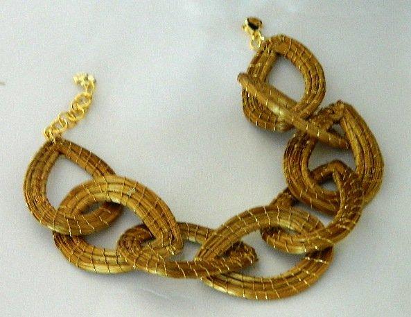 Pulseira em capim dourado  Gotas Entrelaçadas