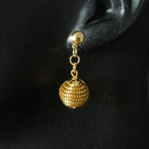 Brinco em capim dourado  Modelo Orbe