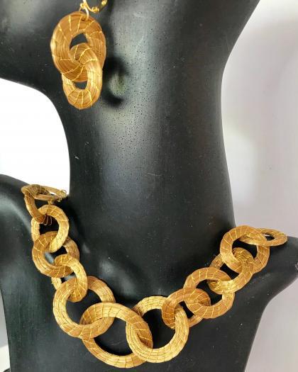 CJ 30-Conj de gargantilha e brincos argolas entrelaçadas em capim dourado