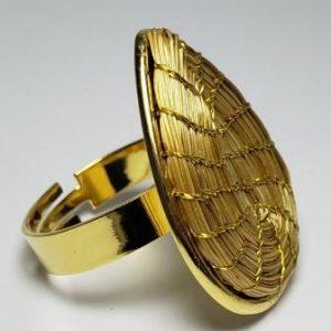 Anel em capim dourado modelo gota fechada