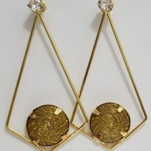 Brinco em capim dourado triângulo com zircônias