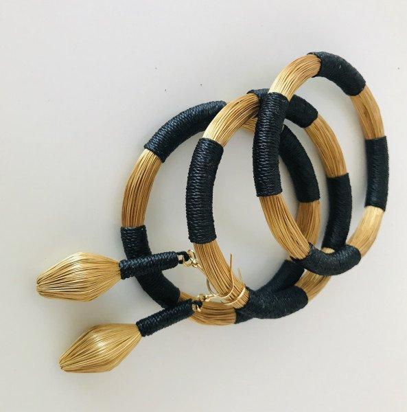 Conjunto de pulseiras e brincos com corres